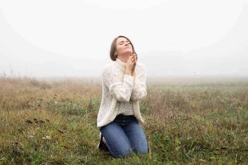 Woman-in-her-knees-praying-in-field.jpg